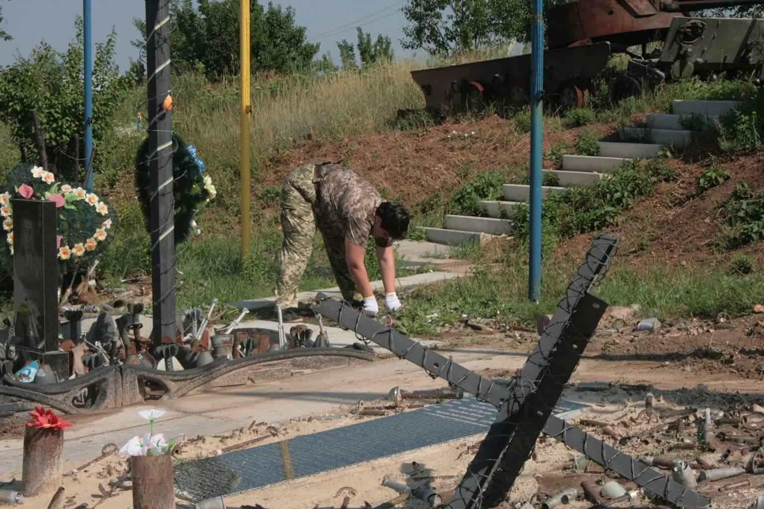 Волонтери прифронтової Авдіївки та небайдужі українці продовжують підтримувати меморіал авдіївської промзони.