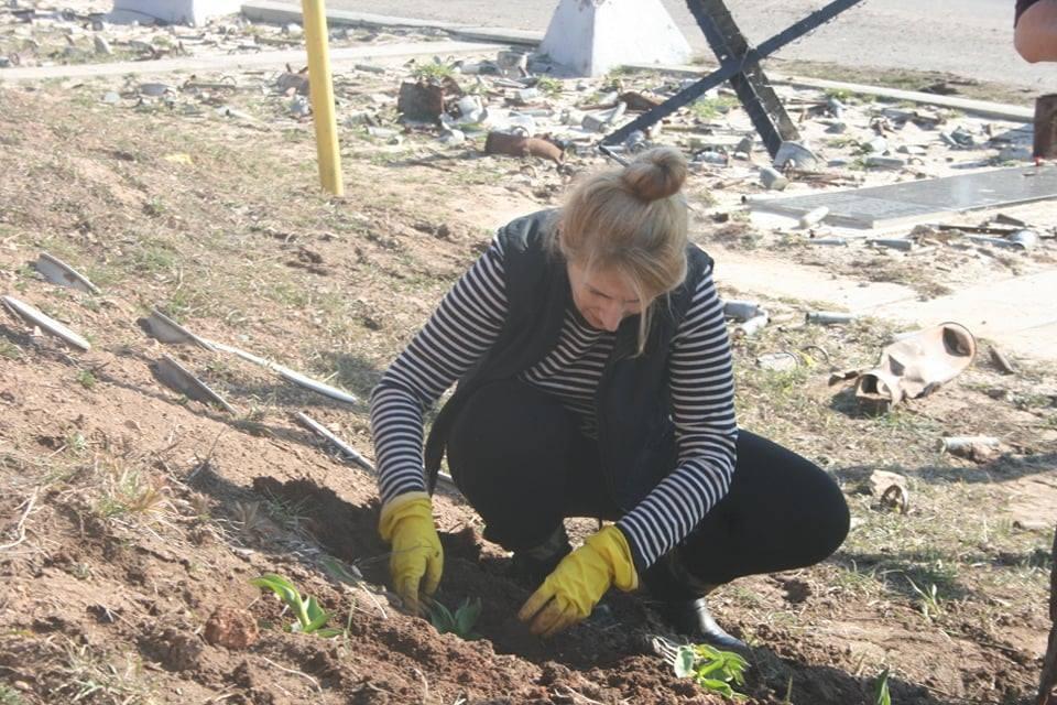 Висадка квітів на меморіалі захисникам авдіївської промзони 3