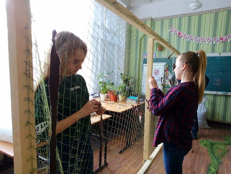 Дівчата плетуть маскувальні сітки