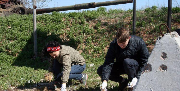Авдіївська молодь долучається до догляду за меморіальним комплексом на промзоні