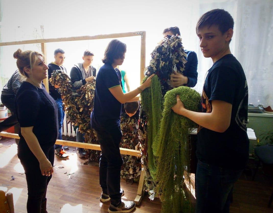Учні плетуть масксітку