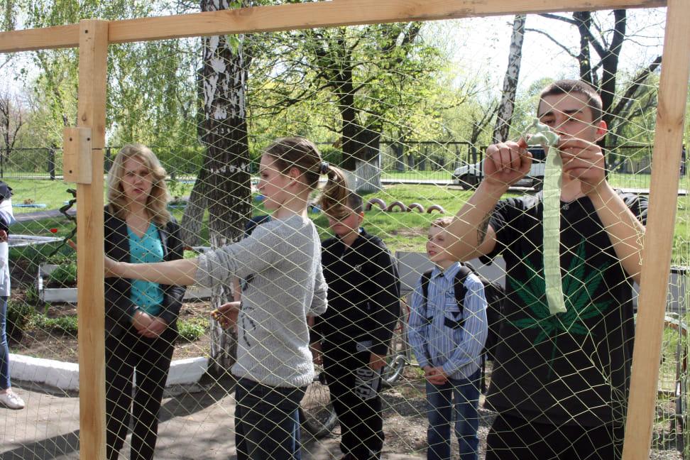 Учні на подвір'ї школи плетуть павутинки життя