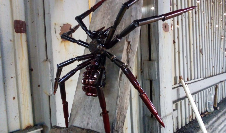 Сувенір: павук з металу