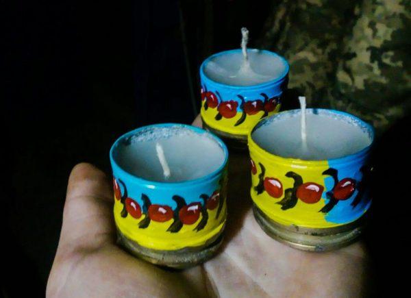"""Декорована свічка """"Ягоди війни"""" жовто-блакитна"""