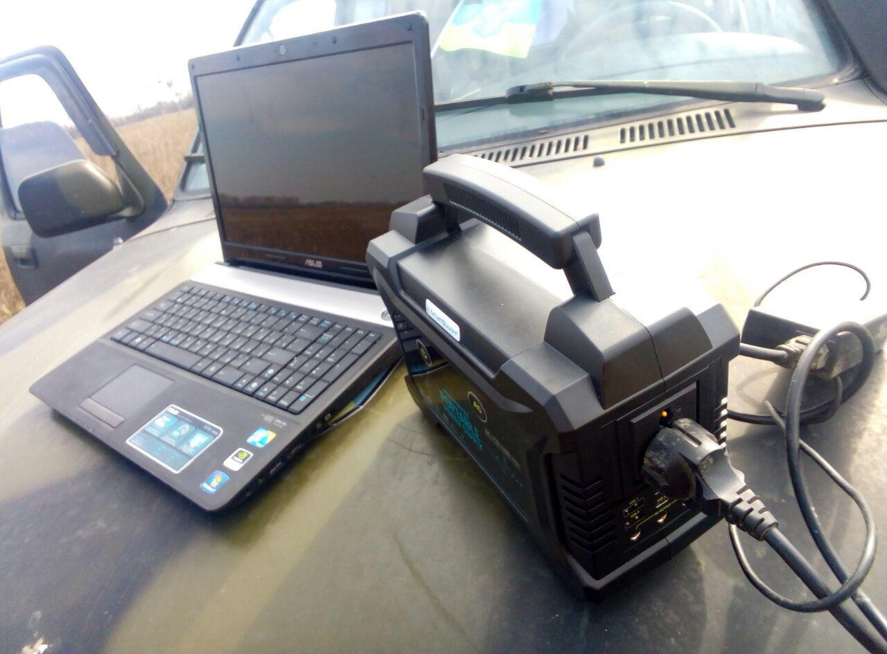 Портативний генератор електроенергії Smartbuster заряджається від розетки або сонячної батареї та може заряджати від себе техніку наземного пункту управління і батареї БпЛА